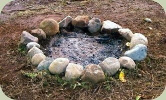 D'où l'utilité de toujours faire un rond de pierres autour de vos feux ! Pensez aux archéologues du futur !